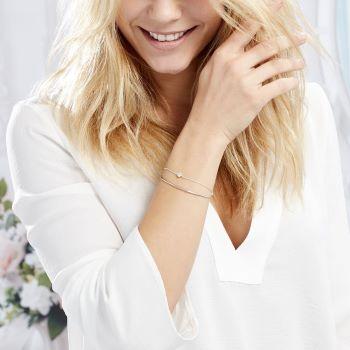 femme avec bracelet jonc avec zirconium