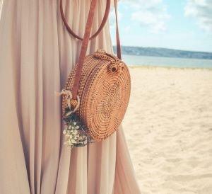 cadeau sac en rotin sur la plage