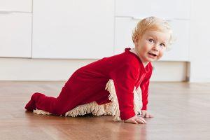 Un bébé portant une Grenouillère-Serpillère rouge