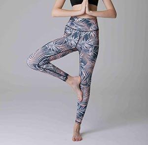 femme faisant une pose dans un leggings de yoga imprimé jungle