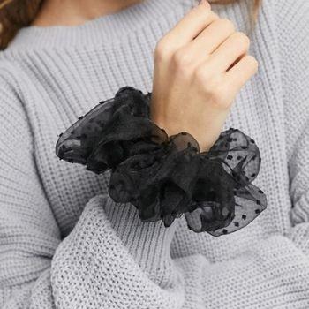 chouchou noir sur poignet d'une adolescente de 16 ans