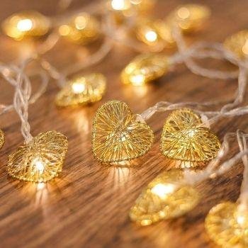 guirlande avec petits coeur lumineux en fil métal pour décoration chambre d'adolescente