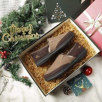 pantoufles chaudes extérieure marrons dans un cadeau pour Noël